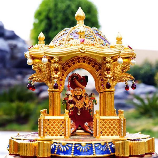 インドでヒンズー教寺院が3Dプリントされ24kゴールドと宝石で彩られました