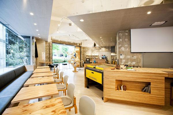 明るいカフェ